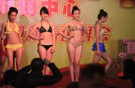 组图:南宁内衣模特餐厅走秀