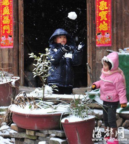 孩子们高兴地玩雪球
