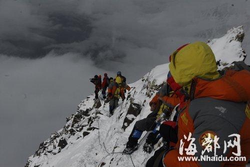 四姑娘山三峰山顶极为狭窄,一次最多容纳10人(资料图,由四姑娘山管理局提供)