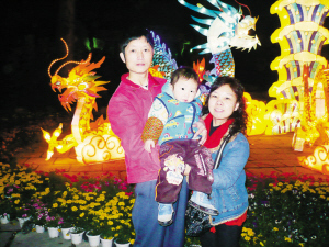 2月11日晚,郑小君(右)一家人在市区中山公园游玩。