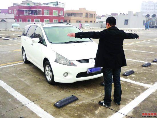 陈小姐的朋友模拟当时好心小伙拦车救人的情景