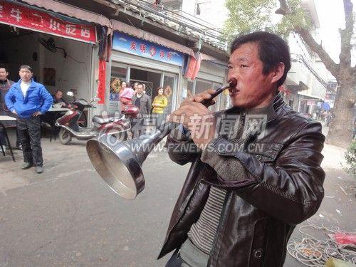 仓山东升小区的居民经常看到一名骑三轮车回收电器的大叔在老年活动中心门口用鼻孔吹唢呐