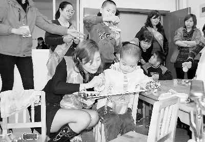 """龙岩""""爱心妈妈""""志愿者关爱福利院儿童(图)"""
