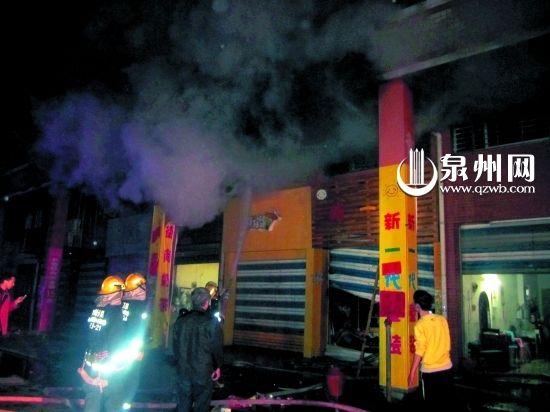 消防队员现场灭火