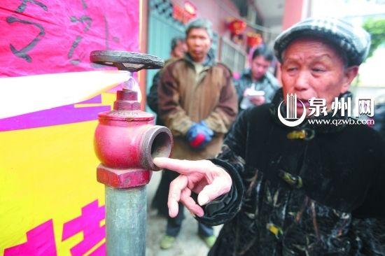 附近群众说,店门口的消火栓一直没有水。