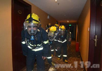福建龙岩消防开展夜间灭火救援实战演练