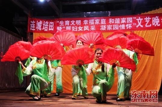 女村民自编自演的节目 洋溢着浓郁的乡化文艺气息