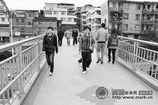 凤凰隔人行天桥底下的马路隔离措施比较完善,行人都能自觉走人行天桥。