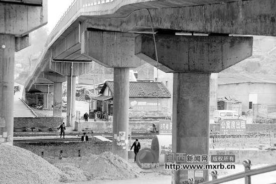 在老火车站道口,人行天桥建好快两年了,可仍有不少行人不顾危险穿铁路。