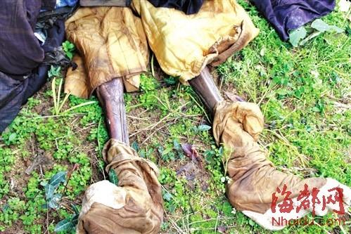 干尸的脚上,还穿着当年的官鞋