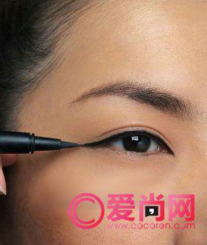 使用眼线液笔画眼线的