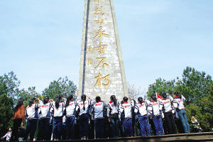 浦城县民主小学少先队员一日来到仙楼山革命烈士纪念碑前缅怀先烈