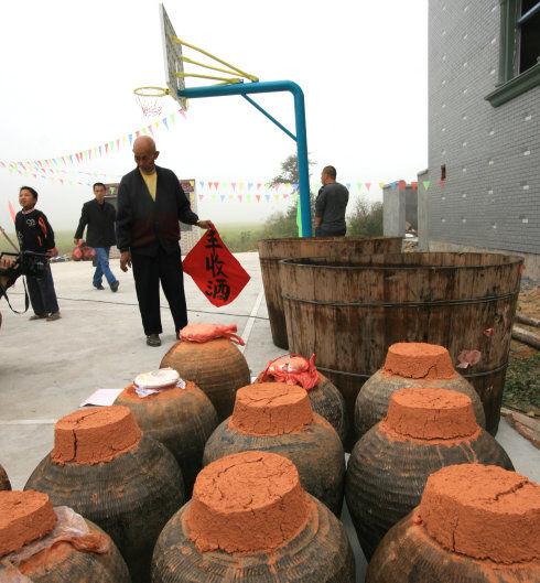 抢酒节上用的红酒和大木桶