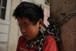 被拐少年被铁链锁石柱 哭学四川话想回家