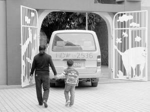 蒲公英幼儿园的校车比较醒目,但在路上也很少有车避让。 黄加洪 摄