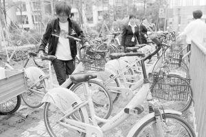 居民借用公共自行车。常海军 摄