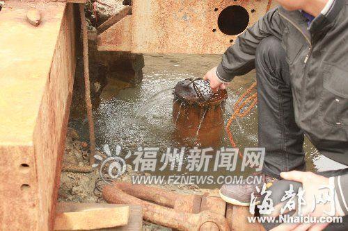 工作人员在测试温泉水温