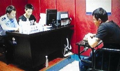南靖警方审问嫌犯(视频截图)