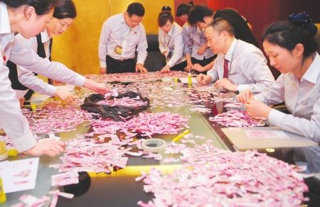 5月3日下午,半天时间过去了,中国银行四川省分行的工作人员一张纸币也没有拼好。