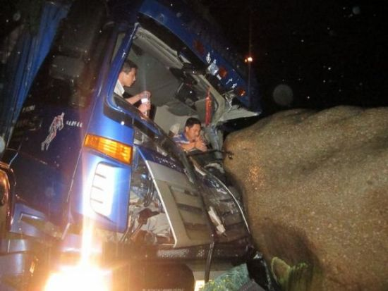 三明:货车失控撞上巨石 多方联手合力救援