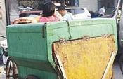 厦街头四五岁小女孩清洁车当童车