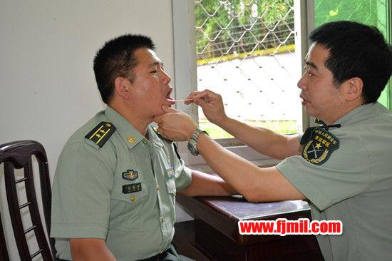 图为5月10日,医务人员在政和县人武部检查身体。