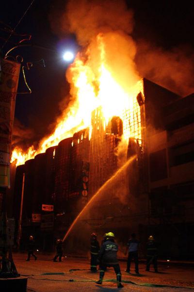 当地警方发言人马丁・甘巴说,火灾发生在当地时间凌晨3时许,由于火势很大,消防队调来了15辆消防车灭火。虽然火势在上午6时就得到控制,但商场还是被大火烧毁。