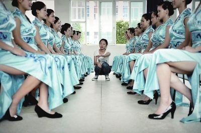 礼仪服务志愿者在进行坐姿训练