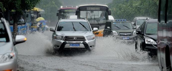 重庆遭遇暴雨主城区积水严重 引发交通大拥堵