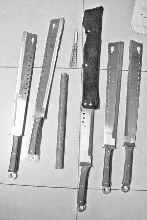 现场缴获的管制刀具。于婧媛 摄
