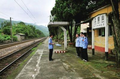 站长张永建站在月台上给职工开会