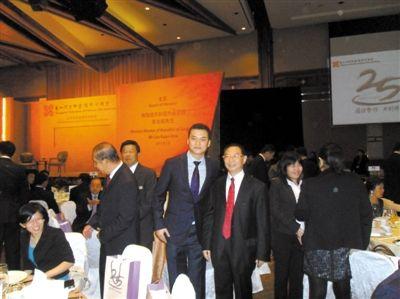 2011年1月18日,新加坡,马驰(中)参加新加坡宗乡会馆联合总会25周年庆典暨筹款晚会。