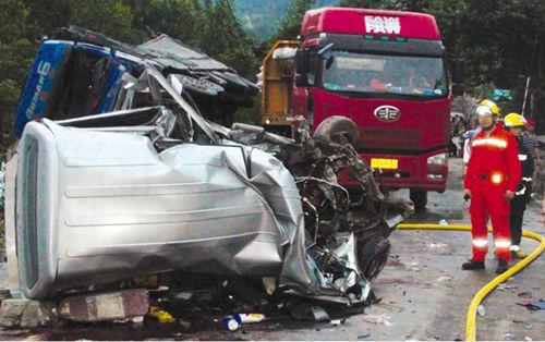 同安发生特大车祸 6名大人2名小孩死亡(组图)