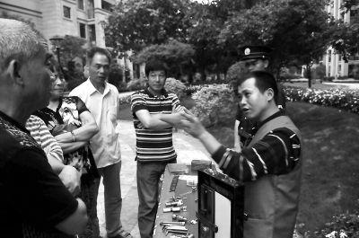 黄勇向社区居民讲解防盗的技巧