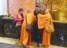 组图:假和尚庙里和女人拍照被抓曾与女开房