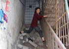 组图:柳州待拆房楼梯被毁住户爬钢筋回家