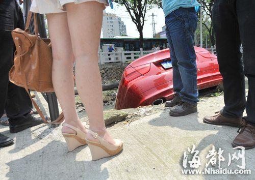 驾车女穿着一双鞋跟高约十厘米的坡跟鞋