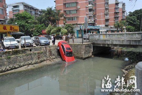 豪车撞倒护栏,冲下高约三米的河堤,车头插入淤泥里
