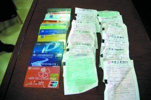 警方从疑犯身上缴获的被骗女事主信用卡。