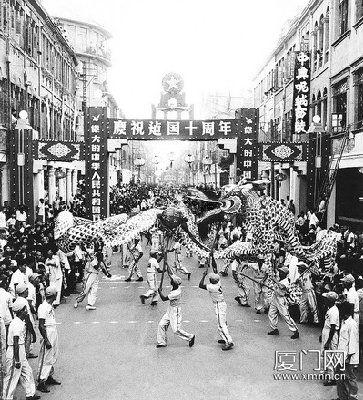 1959年国庆节,欢腾的中山路。(李开聪 摄)