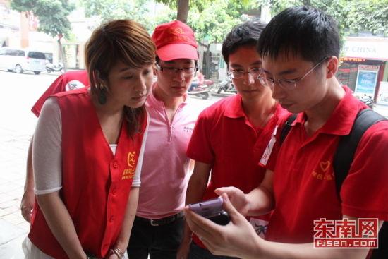省基础地理信息中心的工程师现场指导志愿者们如何录入信息