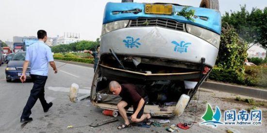 检查完,司机从玻璃脱落的车前爬出
