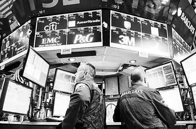 连日来,纽约股市动荡不已。图为交易员在美国纽约证券交易所内工作。(资料图片/新华社记者 申 宏摄)