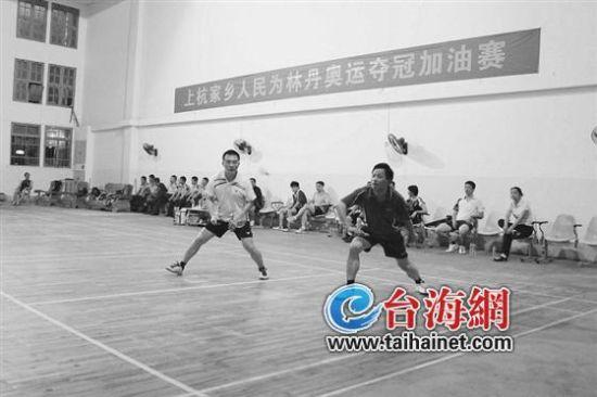 ▲比赛中的龙岩市副市长、上杭县委书记赖继秋(右)