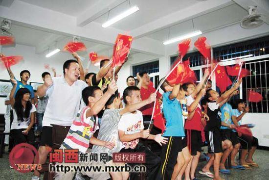 图为龙岩市体校师生在庆祝。