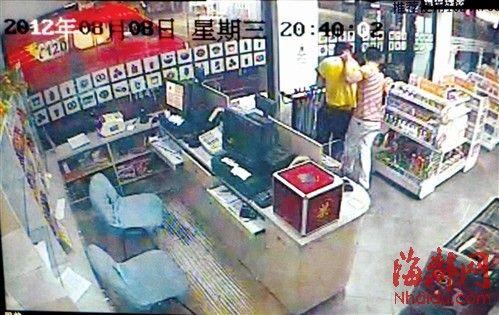 刀子一直抵在人质脖子上,人质被劫出了便利店