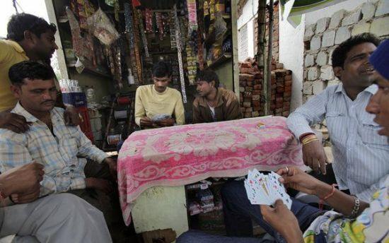 男人们在村头打牌