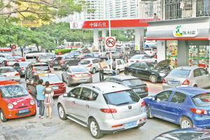 昨日傍晚,油价即将上调,众多车辆挤在嘉禾路加油站等待加油。常海军 摄