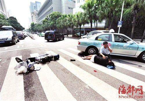 的哥把出租车停在伤者身边,形成一道路障,防止发生二次意外,并蹲守旁边安慰伤者
