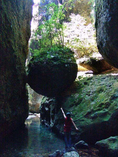 离周宁城关约 公里,位于著名的滴水岩风景区西侧